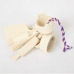 Juego de utensilios de cocina de madera en miniatura.