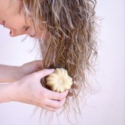 Coconut and vanilla organic solid conditioner